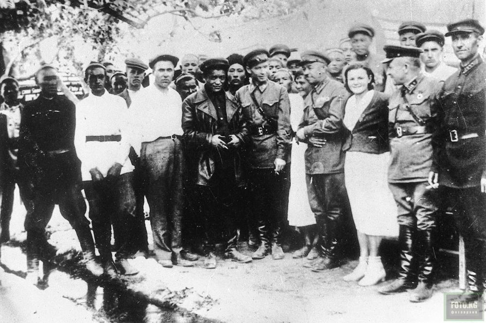 1941 год. Военный комиссар Киргизской ССР генерал-майор И. В. Панфилов на сборном пункте Куршабского района Ошской области