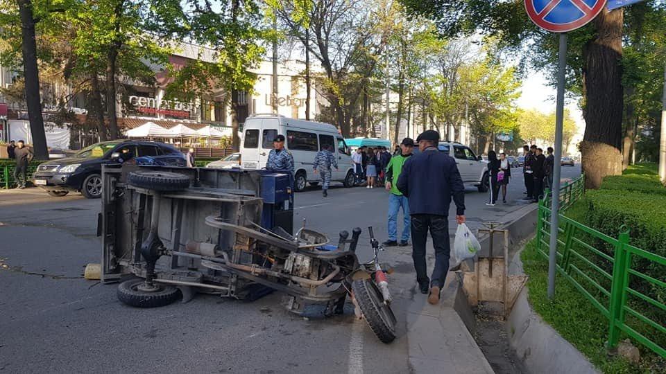 "ДТП в Бишкеке: маршрутка протащила сотрудника ""Зеленхоза"" 10 метров"