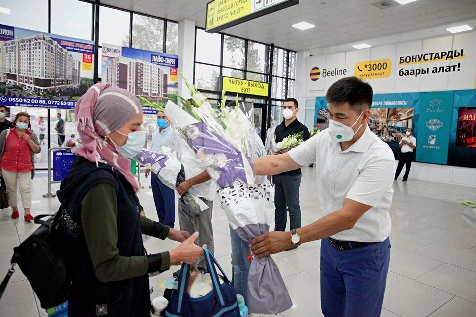 Как медиков, прибывших для борьбы с COVID-19, встретили в аэропорту Оша