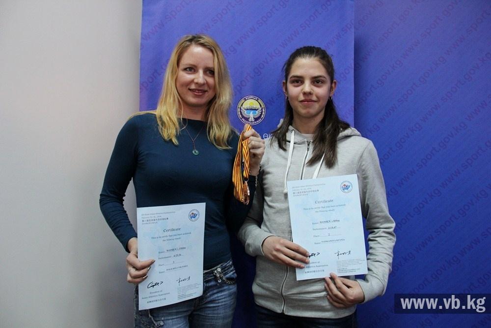 Виктория Полюдина - слева