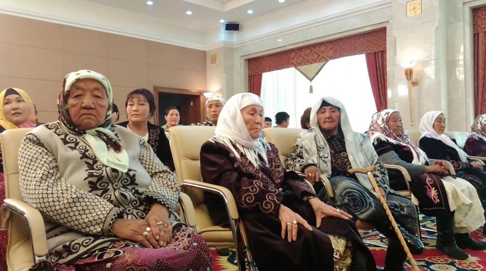 Президент вручил награды 2339 матерям за достойное воспитание детей