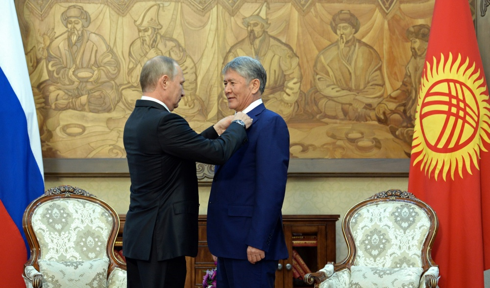 Путин наградил Атамбаева орденом  Александра Невского