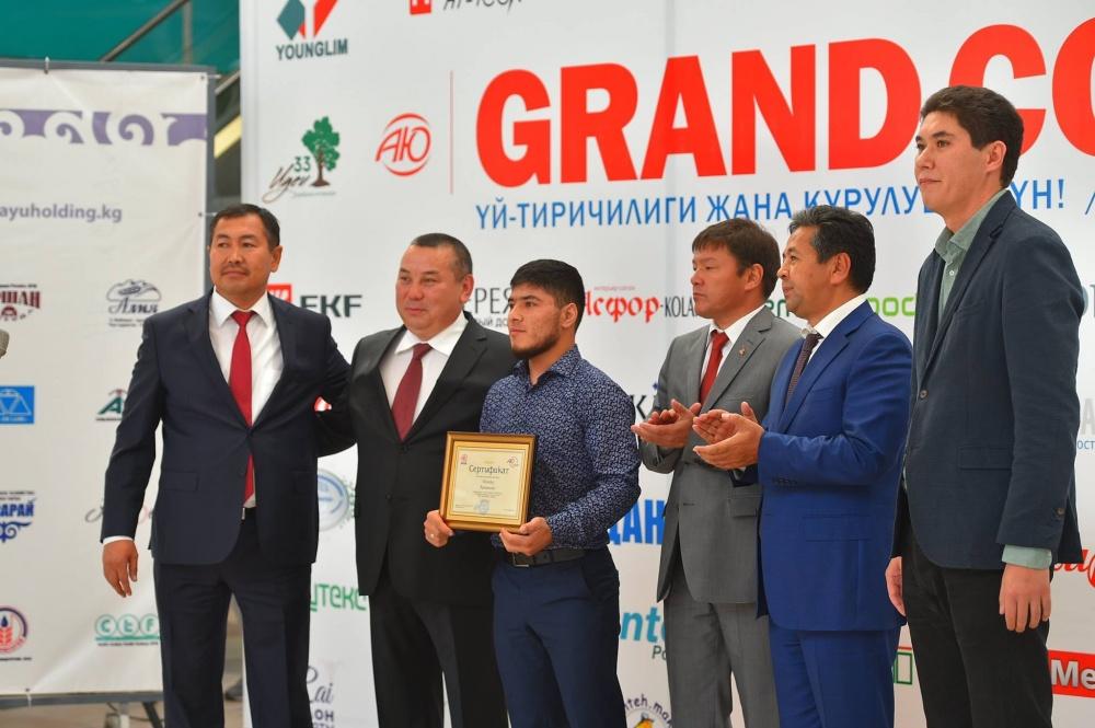 Тяжелоатлету Иззату Артыкову вручили сертификат на 5 млн сомов