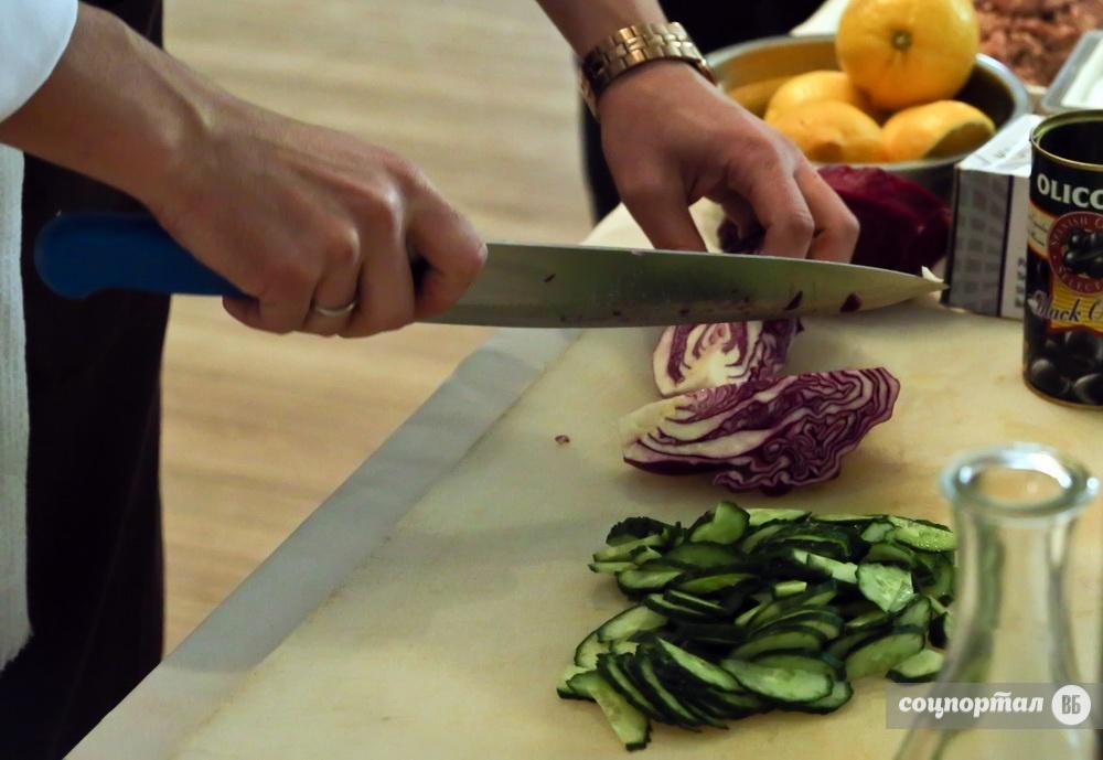 Приготовить салат с маринованными опятами